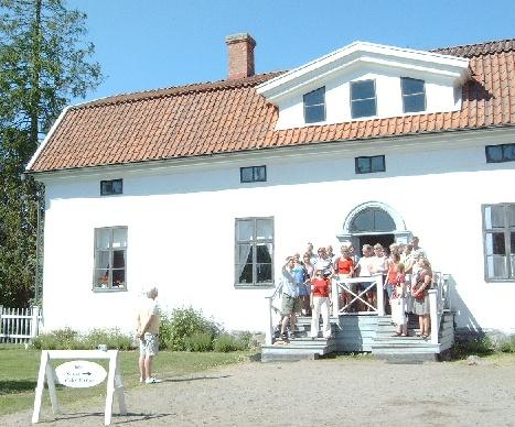 """Kören sjunger """"Över bygden"""" på trappan till Kuddnäs, Zacharias Topelius barndomshem."""